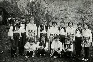 Žáci II. třídy při obecní slavnosti v roce 1967 ve Stříteži nad Ludinou.