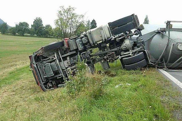 Střet osobního auta s náklaďákem ve Slavíči
