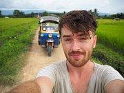 Tomáš Vejmola alias Tomík na cestách se vydal na dobrodružnou cestu a z Thajska jede zpátky do Hranic s vozítkem tuk-tuk.