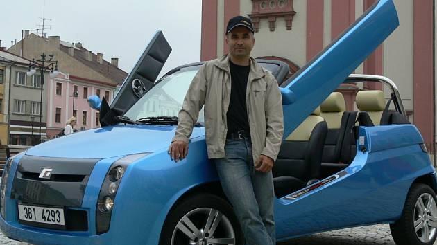 Street Roadster Pony a jeho výrobce Oldřich Sedláček na hranickém náměstí.