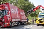 Dopravu na silnici mezi Přerovem a Domaželicemi zablokovala ve středu dopoledne nehoda kamionu. Pod nákladním vozem se utrhla část krajnice.