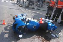 S lehkým zraněním skončil v nemocnici šestatřicetiletý řidič motocyklu Kawasaki Ninja, který se střetl s osobním vozem Škoda Octavia.