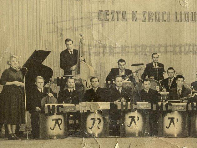 V padesátých letech bavil v Hranicích účastníky plesu taneční orchestr Jiřího Pavelky. Zpěvačce Dagmar Polednové (na snímku vlevo)je dnes sedmasedmdesát let.