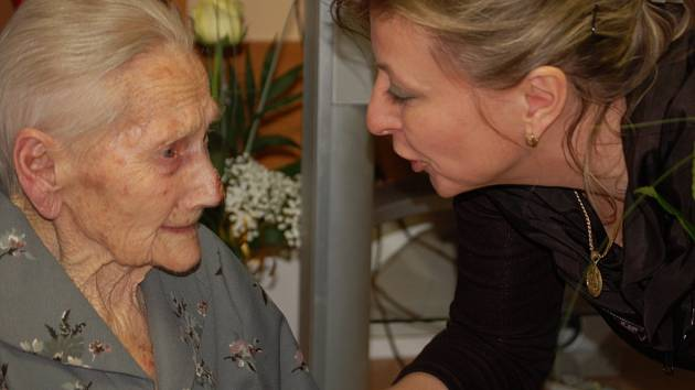 Velkou narozeninovou oslavu zažil Domov pro seniory v Pavlovicích u Přerova. Nejstarší obyvatelka tohoto zařízení, Marie Hříbková, zde totiž slavila významné životní výročí - 102 let.