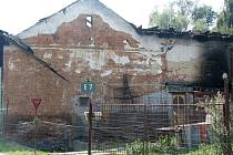Oheň zachvátil střešní konstrukci nad hospodářskou částí budovy a prohořel i do obytné části. Majitele přitom už postihly ničivé záplavy a jeho objekt patřil k nejvíce postiženým v obci.