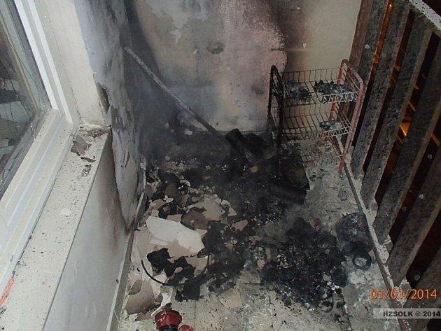 Hasiči museli během silvestrovské noci likvidovat požár balkonu v ulici Kpt. Jaroše v Hranicích.