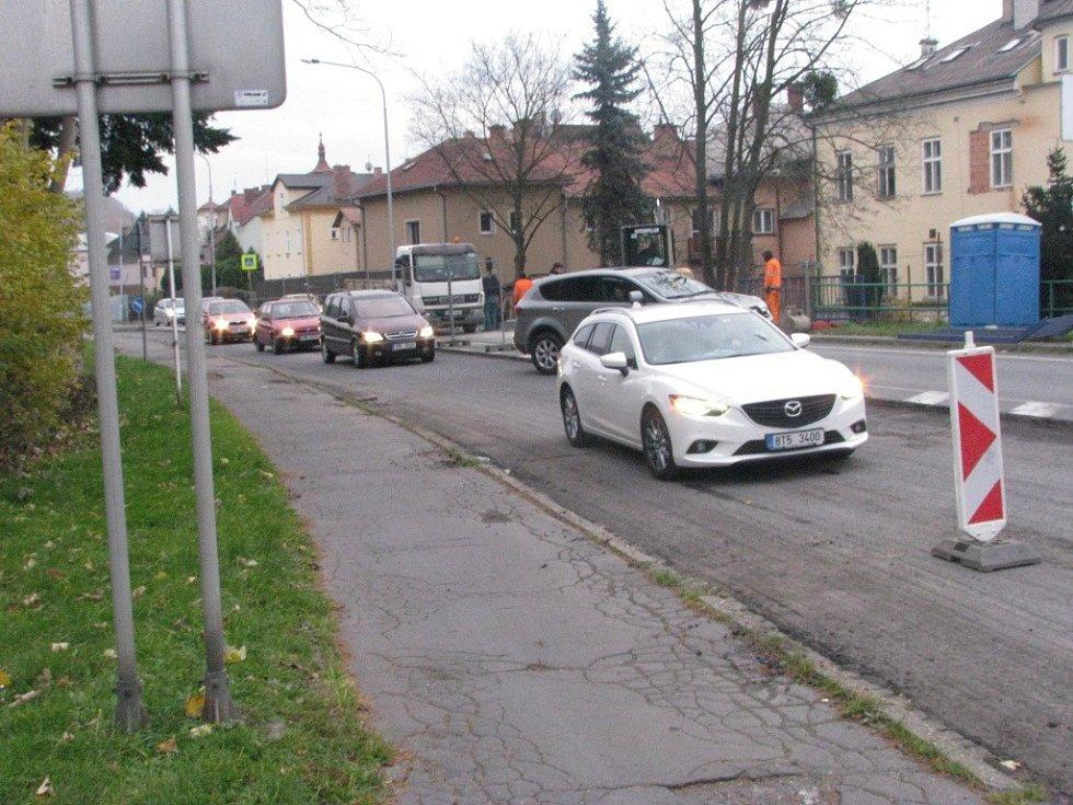 Uzavírka třídy Čs. armády v Hranicích samozřejmě komplikuje dopravní situaci i na křižovatce u Motošína