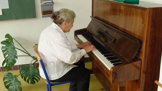 Devětasedmdesátiletá Zdeňka Malindová z Přerova hraje voličům na klavír.