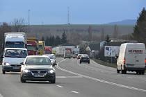 Lidé, kteří se chtějí dostat z Hranic do Slavíče nebo naopak, zatím musí jezdit po této frekventované silnici. Situaci by měla zlepšit nová cyklostezka. Její výstavba ale vázne.