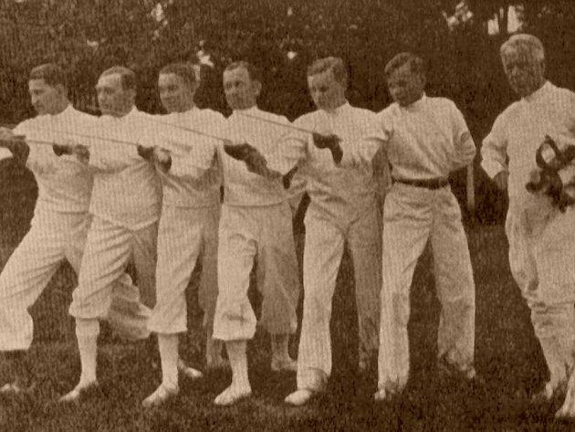 Šermířskou tradici obnovil v roce 1930 Adolf Hlobil (vpravo) - účastník olympijských her v roce 1928 v Amsterodamu.