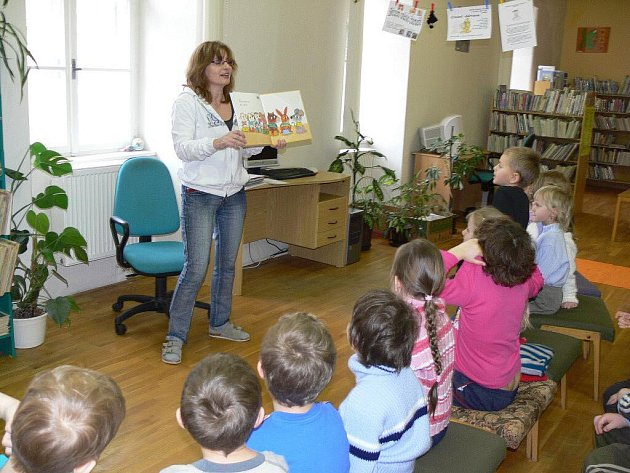 Předškoláci z mateřinky Míček ve středu v knihovně nejen naslouchali, ale odpovídali i na otázky a nakonec si společně zacvičili