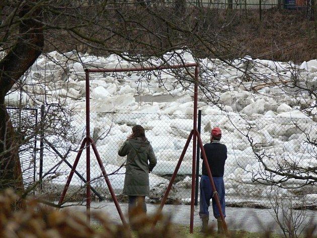 Ledová bariéra na Hranicku konečně povolila