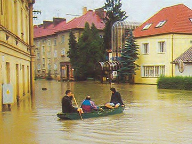 To nejsou Benátky, takto vypadaly hranické ulice při povodních před deseti lety.