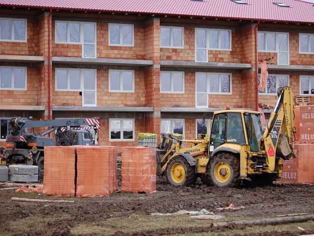 Dům s chráněnými byty už má hrubou stavbu, dokončen by měl být v říjnu letošního roku.