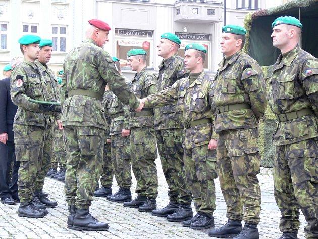 Slavnostní nástup hranické vojenské posádky zahájil v pátek 24. října dopoledne oslavy letošního 90. výročí vzniku republiky v Hranicích.