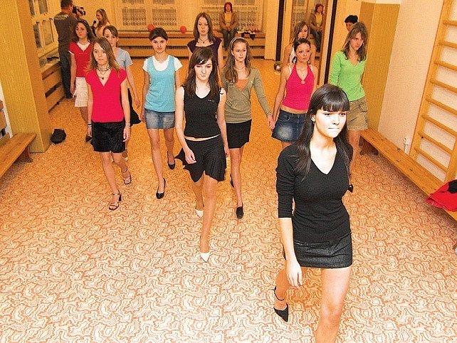 Dívky se připravují na soutěž.