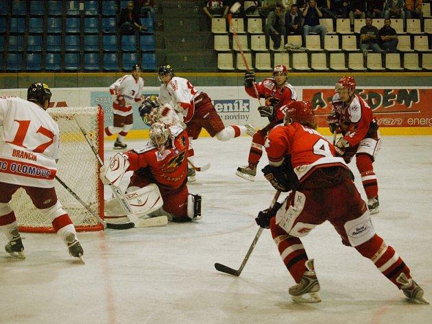 Derby mezi HC Olomouc a HK Prostějov (3:1) rozhodoval gól domácího kapitána Richarda Brančíka na 2:1.