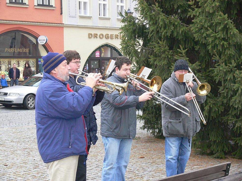 Pod vánočním stromem na Masarykově náměstí hrálo odpoledne žesťové kvarteto.