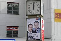 Ještě čtyři měsíce po volbách visí v Hranicích na Třídě 1. máje předvolební plakát