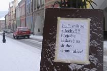 Cedulky varující před pádem sněhových převisů nejsou dostatečným bezpečnostním opatřením. Lidé je totiž mohou, ale nemusejí respektovat. Pokud padající sníh ze střechy někoho zraní, na vině je majitel dotčené budovy. Žádná cedulka ho zodpovědnosti nezbaví