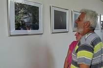 Vernisáž mezinárodní výstavy s názvem Fotografie a objekty přátelství bez hranic v Hranicích