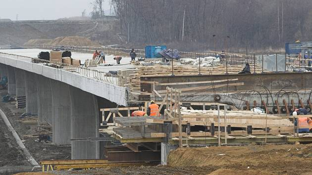 Práce na stavbě patnáctikilometrového úseku dálnice mezi Lipníkem nad Bečvou a Bělotínem jdou do finále.