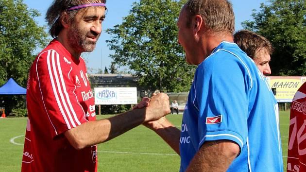 Hvězdný fotbalový tým Amfora se v Hustopečích nad Bečvou utkal s domácími borci