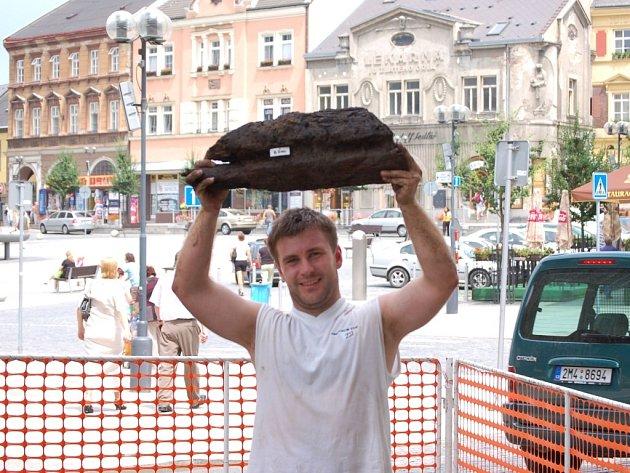 Archeolog Zdeněk Schenk s částí unikátního trámu.