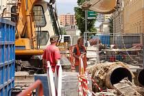 Rekonstrukce parovodu v Komenského ulici má být dokončena v září. Kvůli opravám platí v ulici částečná uzavírka a zrušena byla i autobusová zastávka u restaurace Pivovar.