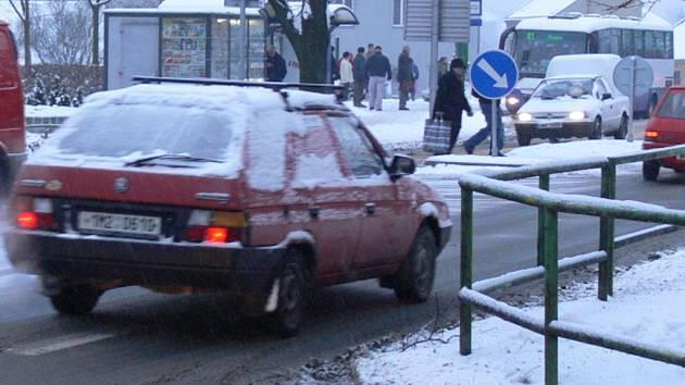 Hranice zasypal sníh. Silničáři měli plné ruce práce.