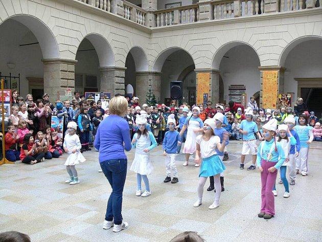 Děti ze Struhlovska při vystoupení v zámecké dvoraně.v Hranicích