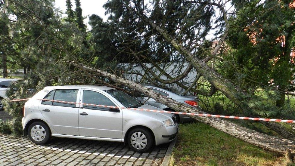 Následky bouřky 28.7.2020 u marketu Hruška v Hranicích