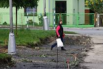 Revitalizace Hromůvky má skončit v listopadu. Obyvatelé si domů nosí špínu.