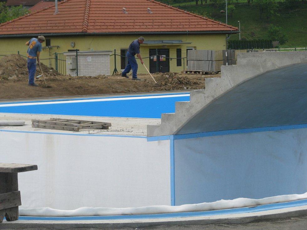 Venkovní koupaliště v Hranicích se veřejnosti otevře s třítýdenním skluzem v pátek 19. června. Zatím po jeho areálu stále ještě pobíhají dělníci.