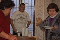 Z vánočního pohoštění v podobě teplého čaje, guláše a cukroví se dočkali obyvatelé ubytovny pro sociálně slabé v ulici Dluhonské v Přerově.