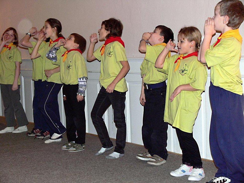 Ještě před Mikulášskou nadílkou se nejmladší členové oddílu představili publiku tanečkem Když jde malý bobr spát a pak country tancem