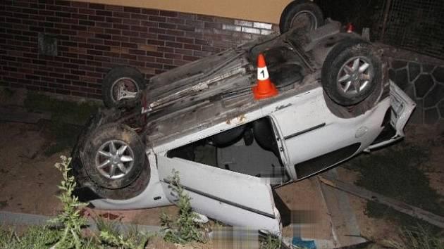 VW Polo řízené opilou ženou skončilo ve Stříteži na střeše