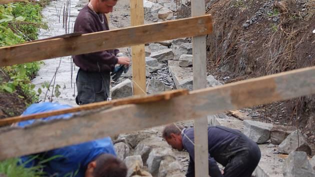 Mlýnský náhon ve Vlkoši prochází v současné době stavebními úpravami.