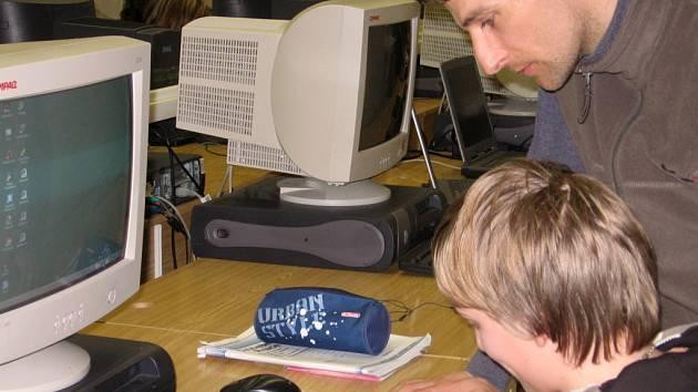 Školy se těšily na nové počítače, monitory a programy. Z velké části si však i na ZŠ Šromotovo budou muset vystačit s těmi stávajícími.