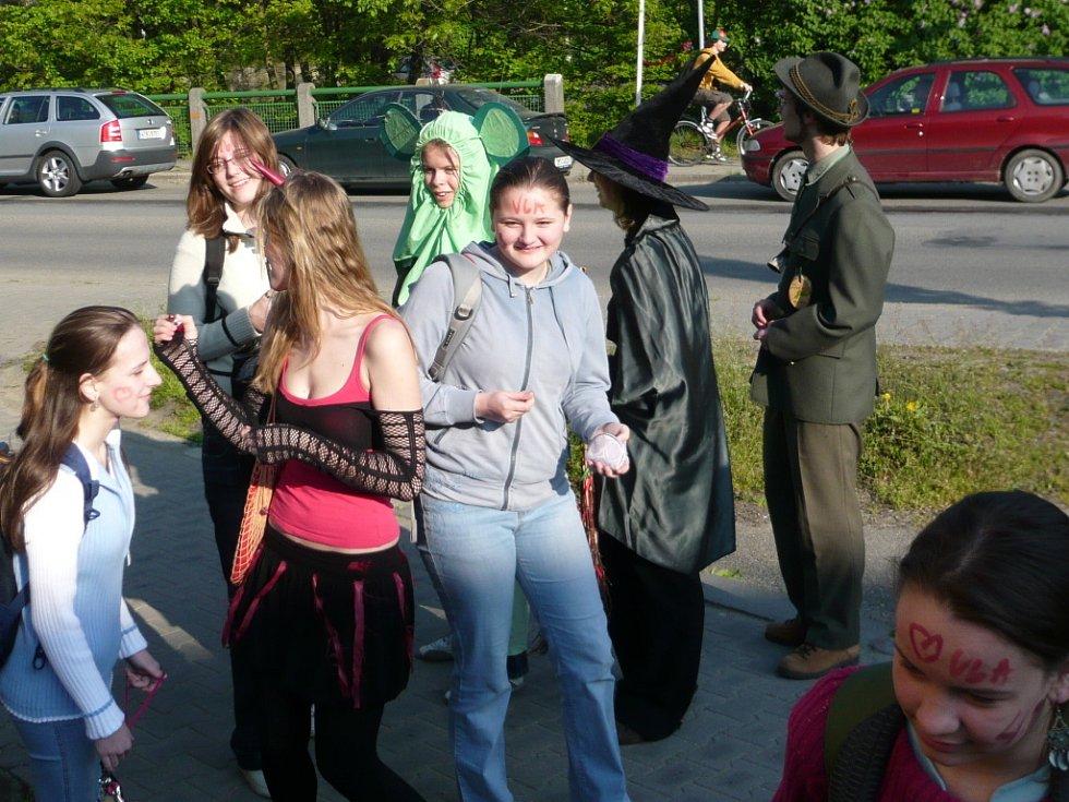 Studenti se v různých převlecích pohybovali mezi veřejností již od ranních hodin.