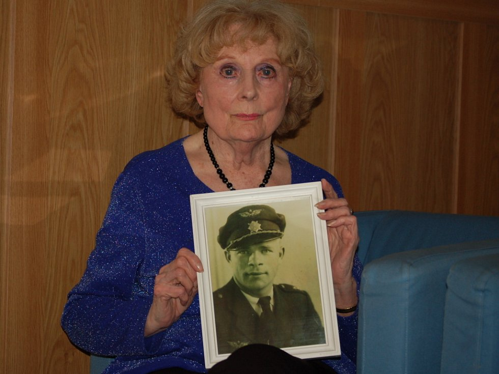 Vdova po válečném pilotovi Josefu Bryksovi - Trudie.