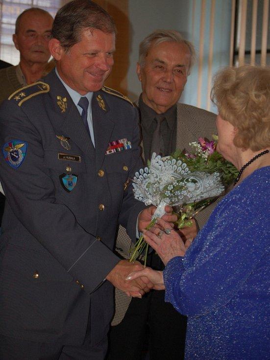 Přerovská pobočka Svaz letců měla v pondělí 6. října vzácnou návštěvu - vdovu po válečném pilotovi Josefu Bryksovi - Trudie.