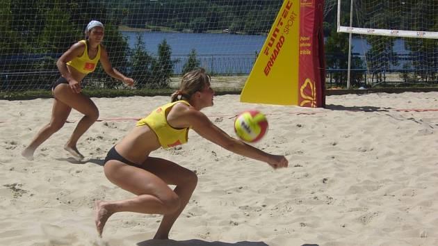 Utkání o třetí místo. Veronika Nucová přijímá servis.