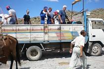 Do základního bodu, který je ve výšce 2200 metrů, přivezl vysokohorské turisty nákladní vůz.