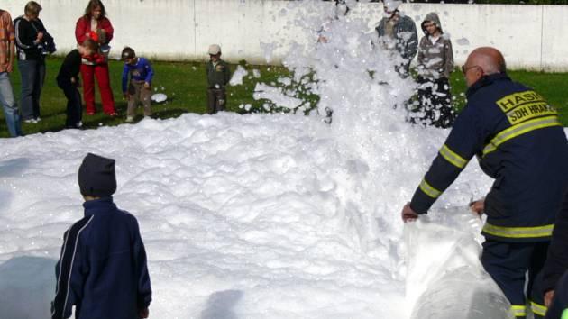 V květnu udělali radost dětem hasičskou pěnou.