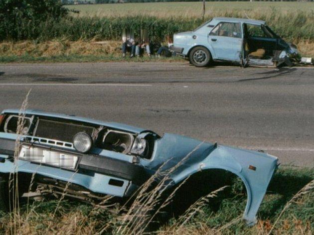 Při jedné nehodě u Prostějova se auto roztrhlo na půlky.