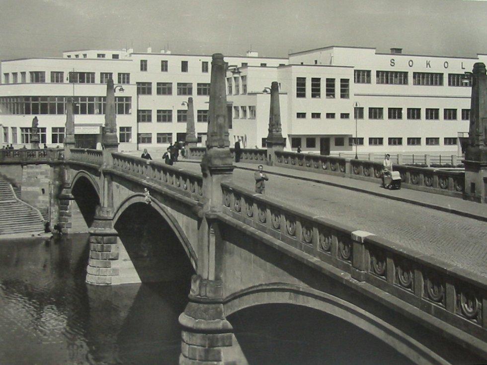 Prvního ledna příštího roku uplyne 105 let od uvedení původního mostu do provozu. Historickou památku zničili koncem druhé světové války Němci při bombardování Přerova.