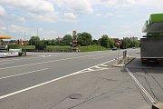 Mladý život vyhasl na silnici nedaleko CT Parku v Hranicích. Mladík přecházel přes čtyřproudovou silnici a srazilo ho auto.