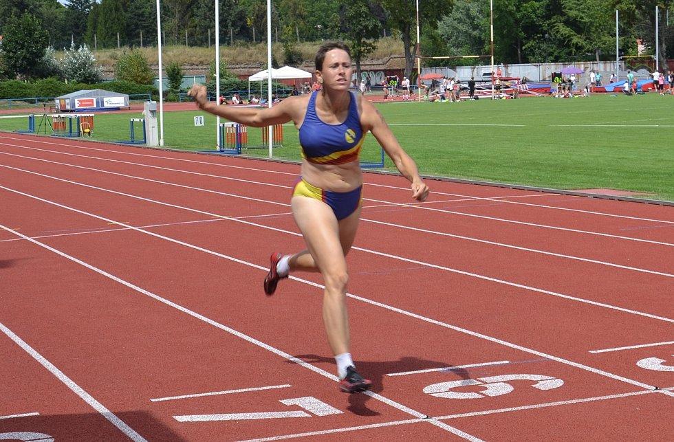 Atleti SK Hranice na na Mistrovství Moravy a Slezska dorostu, juniorů, mužů a žen v Olomouci 2020. Klára Úlehlová v cíli závodu na 400 m