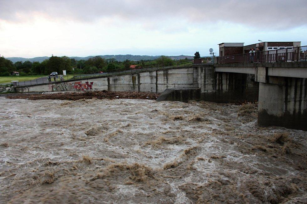 Bečva je v Hranicích na druhém povodňovém stupni. V Ústí zalila fotbalové hřiště.